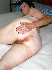 Libidinous strumpet playing with her pussy