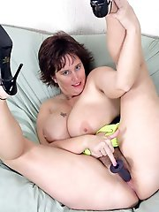 American mature woman likes anal sex very much