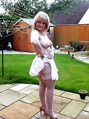 Cock addicted older housewife posing undressed on pictures
