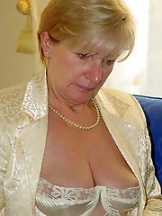 Raunchy old lass in a xxx gallery