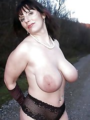 Exciting mature MILF posing fully undressed