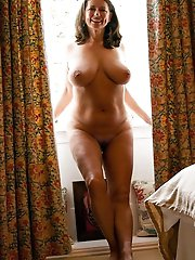 Businesswoman posing fully undressed on pictures