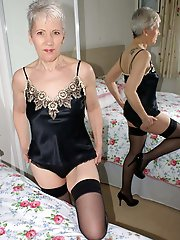 52yo UK Granny poses nude