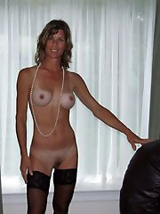Attractive older cougar posing fully nude on picture
