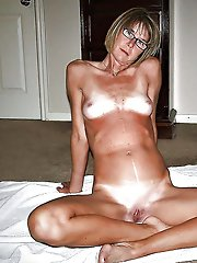 Mature slut posing totally naked on pictures