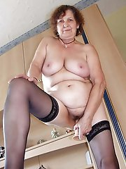 Amateur mature cougar baring it all on pictures
