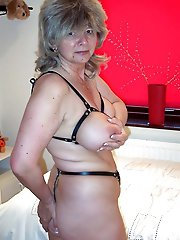 Mature MILF playing with her cunt