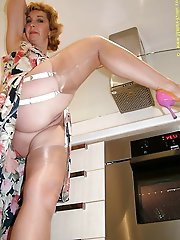 Tattooed older strumpet seducing her boyfriend