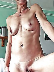 Whore posing fully nude