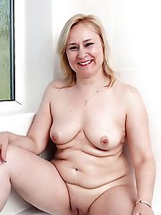 Adorable mature MILF posing fully naked